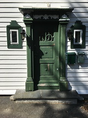 Grønn dør -|- Green door (erlingsi) Tags: dør door green grønn bergen norge utedør symmetri skygger dører doors