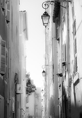 Mejor si no os iluminan (PABLERAS2011) Tags: marsella farolas calle street bw fachada puerta door
