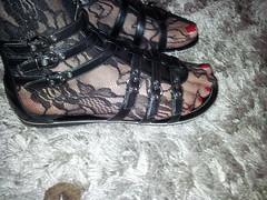 2013-01-01 12.35.08 (sandalettes) Tags: exhibition chienne pied bas chaussures humiliation vernis sandales ftichisme sandalettes