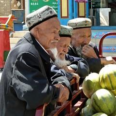 Observers at Kuqa, Xinjiang (Sekitar) Tags: china people man market traditional xinjiang silkroad uyghur pasar kucha kuqa seidenstrasse earthasia routedesoie