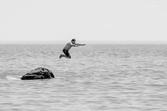 Plouf ! (Stphane Slo) Tags: bw erdeven france nb noiretblanc paysage pentax pentaxk3ii sport atlantique baignade bretagne eau landscape mer morbihan natation ocan plagedekerhillio plongeon rocher water t