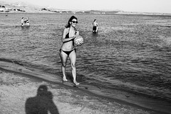 girl on beach with ball (gorbot.) Tags: sea summer beach canon sicily 5d roberta carlzeisszf50mmplanarf14