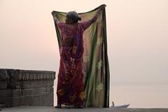 (Jpierrel) Tags: fuji fujifilm xt1 1855 inde india varanasi bnares benares ghat gange colors couleurs femme soleil uttarpradesh ganga ghats
