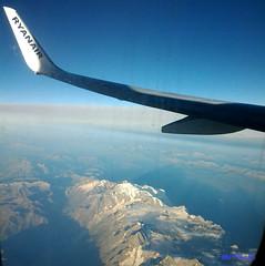 le alpi (marco prete) Tags: montagna mountains alpi neve snow cielo sky blu bleu blue wing ala airplane aereoplano ryanair orizzonte azzurro lightblue massiccio volare tofly volo flight