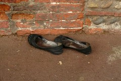 La triste fin des ballerines usages (mistigree) Tags: toulouse objettrouv chaussure ballerine