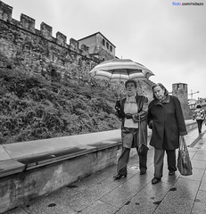 Ponferrada - 25-01-2013 (DNS Fotografa) Tags: street trip travel portrait people bw white black castle art umbrella puente photography photo mujer spain europe minolta photos sony sigma dani leon konica alpha 1020 paraguas castillo maxxum bierzo a77 castilla ponferrada f35 robado nidazo