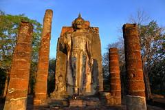 Temple of the rising sun in Sukhothai. Wat Shapan Hin (joseluis.cueto) Tags: tailandia thailand sukhothai arquitectura architecture arqueologa archaeology escultura buda buddha budismo buddhism amanecer dawn risingsun sol sun cielo sky azul blue bluehour horaazul canon canon6d eos 6d 2470f4 watshapanhin