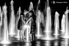 Les jeunes sorcires (dodo-12-37) Tags: nb noir blanc et qubec quebec jeune fille jeux deau fontaine hotel de ville