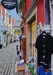 Schnoor-Blick (niedersachsenfoto) Tags: tshirt bremen augen altstadt viertel stadtmusikanten schnoor auslagen niedersachsenfoto