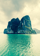 Ha Long Back Rock (Hendrik Schicke) Tags: ocean travel blue trees sea sky cloud mountain mountains reflection green water grass rock clouds canon reflections landscape photography rocks asia vietnam clear backpacking backpack vegetation ef2470mmf28lusm halongbay 5dmarkii hendrikschicke