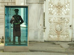 Comme un homme en cage (lucidac) Tags: istanbul garde soldat dolmabahepalace