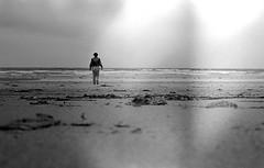 Dpart (adelinemoi) Tags: film filmcommunity filmisnotdead fotografia canona1 a1 analog analogphotography analogvibes blackandwhite bretagne plage playa erdeven viaje verano vacaciones vacances mer selfportrait