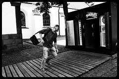 Franco (Colombaie) Tags: aalborg piazza strada duomo budolfikirke univerist sperimentazione macchinadelvento vento uragano ritratto uomo franco volare via resistere controvento fortissimo bn bw maschio lborg