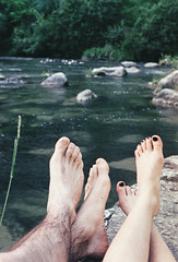 (Arianna Viola) Tags: nikon nikonfg20 analog film filmisnotdead thefilmcommunity inlove couple feet nature river water relax 35mm analogphotography 35mmphotography nikon35mm fuji fujifilm pale soft pastel paletones pasteltones couplestuff silence calm view grain castlesofanger ariannaviola outdoor