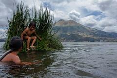 (MUTOMT) Tags: ecuador lake lago kids indigenous quechua quichua kechua laguna huaycopungo sanpablo sanrafael infancia southamerica suramerica documentary volcan imbabura