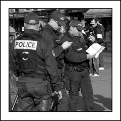 PLAN PAPIER OU INTERNET? / paper map or internet map? (Sklkphoto1) Tags: paris france police bleu labastille