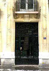 Paris, 5 avenue Mozart: P. Seguin sculpteur (Marie-Hlne Cingal) Tags: door paris france puerta porta porte capitale tr sculpteur 16 avenuemozart pseguin