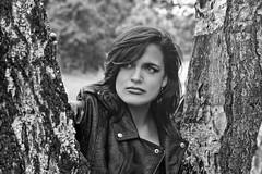 Ein schnes Foto von der lieben  Chrissi (ingrid eulenfan) Tags: model person frau woman fotoshoting fotoshootings schw bw blackandwhite schwarzweis baum birke portrait portrt outdoors