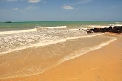 coming soon... (Ruby Ferreira ) Tags: sand praia areia rocks boat barco waves northeastbrazilian nordestebrasileiro praiaocenica oceanicbeach