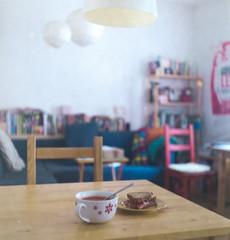 Tomato, roast beef... (Maronasc) Tags: food film lunch soup analgica comida sandwich sopa almuerzo bocadillo fujicolorsuperia400 soupandsandwich rolleiflexoldstandard621