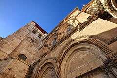 Entrance to the Church of the Holy Sepulchre (Xenedis) Tags: church architecture israel basilica jerusalem middleeast churchoftheholysepulchre holyland oldcity stateofisrael yerushalyim oldcityofjerusalem basilicaoftheholysepulchre