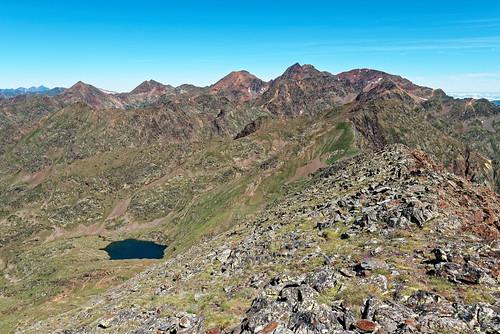 Trek Haute Ariège - Jour 10 - petit lac d'Aresi depuis la crête avec pics du Montcalm et d'Estats en fond