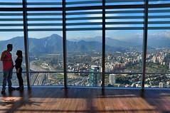 Pareja en las alturas (Ennio Pereira R.) Tags: pareja ciudad santiago costanera center sky mirador rascacielo skycrapper ventana window