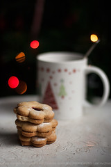 cookies ({Larysa}) Tags: winter stilllife cookies canon 50mm navidad tea bokeh cap te taza christmastime dulce