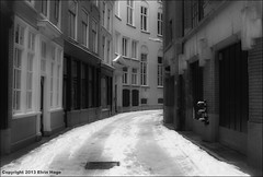 Achterom / Centrum / Den Haag (zilverbat.) Tags: city winter blackandwhite bw snow building netherlands monochrome dutch architecture buildings blackwhite raw centre sneeuw smooth nederland thenetherlands denhaag wintertime centrum thehague architectuur winterwonderland steegje cityview blackandwhitephotography koud blackwhitephotography softtones binnenstad achterom straatje vrieskou stadsgezicht winterweer hofstad koude winterkou winterlucht blackwhitephotos hofweg zilverbat dreamlane hetwittepad
