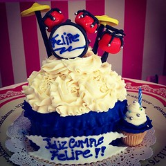 GiantCupcake!! Ideal para sorprender a alguien especial  solo en #sweetcakesstore #lecheria #venezuela #bakery #cupcakery #giantcupcake #cupcake #cake #minicake #batera #photooftheday #instagramers #instalove #3000followers #pinkstore #originalcakes #ori (Sweet Cakes Store) Tags: cakes giant square de cupcakes yummy y venezuela tienda cupcake squareformat bateria rosas gigante torta fondant tortas musico lecheria sweetcakes ponques iphoneography instagramapp xproii uploaded:by=instagram sweetcakesstore sweetcakesve