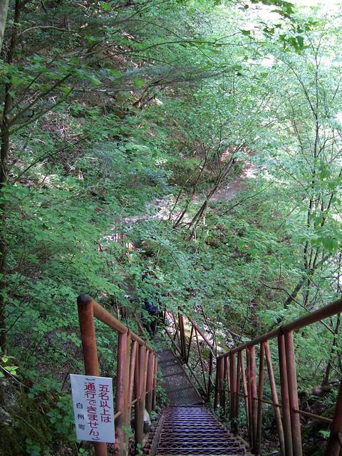 下が透けて見える空中廊下。 尾白川渓谷