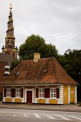 Little yellow building in front of the Vor Frelsers Kirke tower, Christianshavn