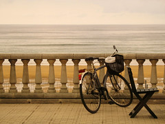Lost Bike (Batikart) Tags: city light sea sky seascape beach lines bike bicycle closeup architecture strand canon landscape outdoors spain sand chair meer europe day waves pattern basket seat horizon tranquility stadt architektur recreation banister railing relaxation ursula esp greyday fahrrad horizont stuhl paisvasco spanien 2010 a610 sander wellen korb gipuzkoa zarautz gelnder bayofbiscay canonpowershota610 2013 batikart focusontheforeground golfvonbiskaya