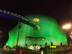 Green Selfridges - Park Street, Birmingham (ell brown) Tags: greatbritain england bus green rain birmingham unitedkingdom selfridges nightshots raining westmidlands stpatricksday bullring birminghamuk futuresystems parkst moorst selfridgesbuilding selfridgesdepartmentstore selfridgesco selfridgesbuildingbirmingham nationalexpresswestmidlands parametricbridge shinyaluminiumdiscs parkstbirmingham
