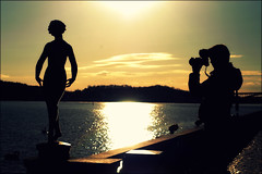 Looking for Beauty (*Kicki*) Tags: sunset people sculpture man water silhouette statue person photographer sweden stockholm cityhall silhouettes d100 stadshuset kungsholmen