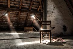 Das Haus der Offiziere - mal wieder am Dachboden stbern (ho4587@ymail.com) Tags: hausderoffiziere verlassen abandoned kaputt zerstrt urbex gebude licht dachboden strahl sonnenstrahl stuhl holz balken