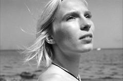 Janne (Juliet Alpha November) Tags: ilford pan 100 analogue analog film 35mm bw sw face portrait hair haar blonde blond bokeh jan meifert