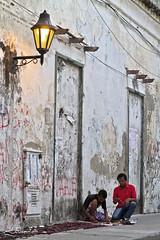 En una calle cualquiera (Cartagena - Colombia) (Jorge Gaviria) Tags: colombia bolivar cartagena sudamerica suramerica artesanas suramrica cartagenadeindias vendedoresdeartesanas