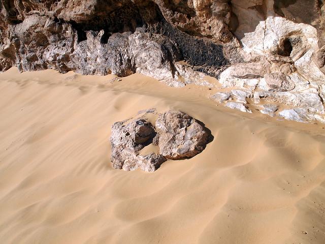 <p>クリスタルマウンテンの足元。<br/>ふわふわの砂と白く輝く岩。</p>