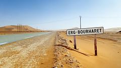 Erg Bourharet   (habib kaki 2) Tags: algrie illizi ilizi      dsert sahara sud sable sand amenas aminas inamenas inaminas      ergbourharet ergbourahrat rn3 panneau   erg