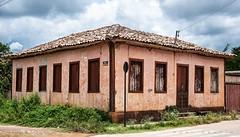 Vencendo o tempo (Centim) Tags: município interior cultura mg brasil br cidade estado país sudeste continentesulamericano américadosul foto fotografia nikon d90 cordisburgo casarão residência edificação arquitetura