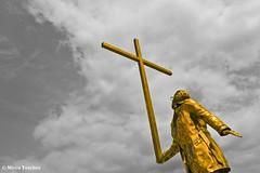 Uomo che porta la Croce (2015) (MTosches) Tags: allaperto scultura cielo nuvola fabre minimalismo