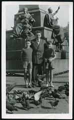 Archiv G848 Adam-Mickiewicz-Denkmal, Polen, Krakau, 1960er (Hans-Michael Tappen) Tags: archivhansmichaeltappen adammickiewiczdenkmal krakau polen poland shne sons sohn junge boy vater tauben tiere vgel 1960er 1960s