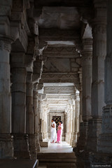 Preghiera - Praying (robmanf55) Tags: ranakpur rajasthan india in jain jainism jaintemple pink pray prayer columns architecture architectural architettura