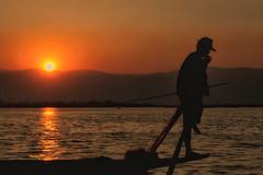 e si fa sera (mat56.) Tags: paesaggi paesaggio tramonto sunset landscapes landscape lake lago inle myanmar birmania burma sole sun pescatore fisherman barca boat silhouette acqua water asia antonio romei mat56 sera evening
