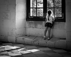 Par la fenêtre (Lucille-bs) Tags: bw sol europe noiretblanc pavement centre galerie nb enfant château fenêtre dalle chenonceaux fillette pavé carrelage touraine indreetloire carreau petitefille châteaudechenonceau