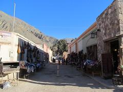 """Purmamarca: arrivée à la gare de bus juste devant le marché artisanal pour touristes <a style=""""margin-left:10px; font-size:0.8em;"""" href=""""http://www.flickr.com/photos/127723101@N04/28528030493/"""" target=""""_blank"""">@flickr</a>"""