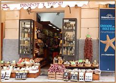 Einkaufsladen in Tropea ... (Kindergartenkinder) Tags: kindergartenkinder italien sizilien laden schaufenster stand kaufhaus