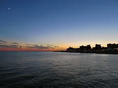 Moments of love (Janne Fairy) Tags: love sunset sonnenuntergang himmel blau blue skyscraper coney island coneyisland new york newyork moon mond halbmond meer sea sundown nyc america amerika usa