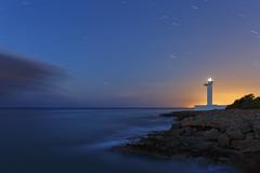 El faro (Rafael Dez) Tags: espaa castellon alcoceber paisaje nocturna noche faro estrellas mar agua largaexposicin rafaeldez